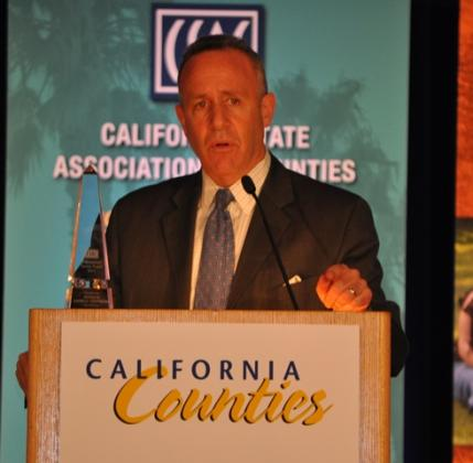 Senate Pro Tem Darrell Steinberg talks to county officials after being honored with a 2013 CSAC Distinguished Service Award.